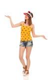 Nettes zufälliges Sommer-Mädchen-Darstellen Stockfotografie