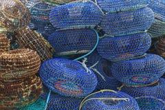 Netto burar för att fånga skaldjur på pir Arkivfoton