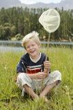 Netto de Vlinder van de jongenszitting stock foto's