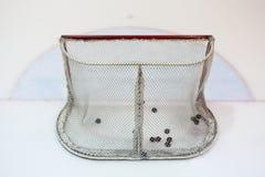 Netto hokey van het ijs gevuld met pucks Stock Foto's