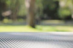 Netto metalltabellbakgrund med träd- och naturbakgrund royaltyfri fotografi