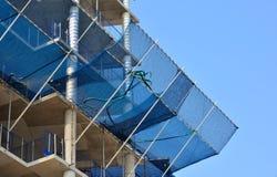 netto säkerhetsmaterial till byggnadsställning för konstruktion Arkivfoto