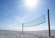 netto solig volleyboll för stranddag Royaltyfria Bilder