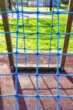 Netto spel voor jonge geitjes bij het park stock afbeeldingen