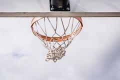 Netto svänga för tom basket efter bollen som igenom vinas royaltyfri foto
