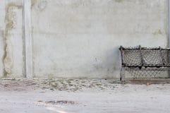 Netto typisk maldivian plats som göras av trä och och en betongvägg arkivbilder