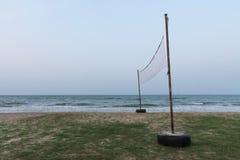 Netto volleyboll på havsstranden Arkivbild