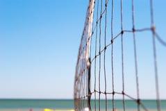 Netto voor volleyball verbond het close-up kabel op de achtergrond van de kust van de van het overzeese blauwe duidelijke de rust stock afbeelding