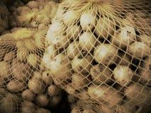 Netto zak met kleine aardappels stock afbeeldingen
