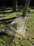 Nettohängematte aufgereiht zwischen zwei Bäumen, letzte Woche des Sommers Lizenzfreies Stockfoto