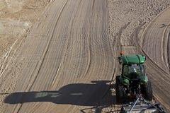 Nettoyé par un sable de tracteur sur la plage méditerranéenne Image libre de droits