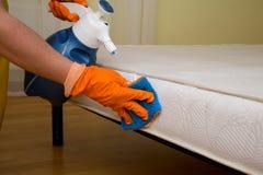 Nettoyage à sec d'un matelas Image libre de droits