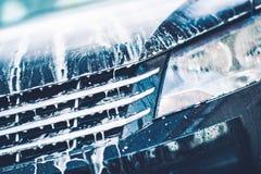 Nettoyage actif de voiture de mousse Photographie stock libre de droits