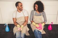 Nettoyage afro-américain de couples Photographie stock