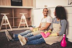 Nettoyage afro-américain de couples Photos stock