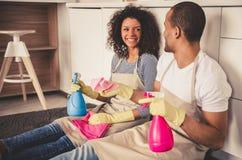 Nettoyage afro-américain de couples Images stock