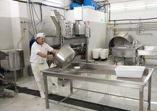 Nettoyage après la production de fromage, L Latte d'Amordi de `, une société qui produit tous les types de fromage dans Cavallino Photo stock