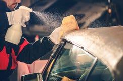 Nettoyage convertible de toit de voiture images stock