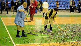 Nettoyage d'arène pendant la finale du championnat F4 de basket-ball, Kiev, Ukraine clips vidéos