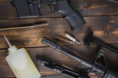 Nettoyage d'arme automatique photographie stock libre de droits