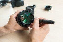 Nettoyage d'objectif de caméra avec la brosse spéciale, plan rapproché Photographie stock libre de droits