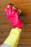 Nettoyage d'un plafond en bois pour des rénovations Images stock