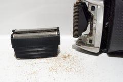 Nettoyage d'un rasoir électrique ou d'un rasoir sale dans le bain Photographie stock libre de droits