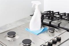 Nettoyage d'une cuisinière à gaz avec des ustensiles de cuisine, des concepts de ménage, ou hygiène et nettoyage photo libre de droits
