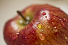 Nettoyage d'une pomme Images stock