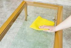 Nettoyage d'une table en verre Photos stock