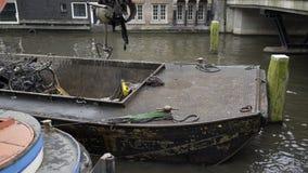 Nettoyage de canal à Amsterdam banque de vidéos