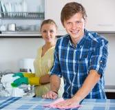 Nettoyage de couples dans la cuisine ensemble Photos libres de droits