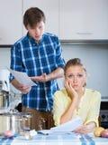 Nettoyage de couples dans la cuisine ensemble Photo stock
