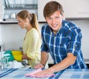 Nettoyage de couples dans la cuisine ensemble Photographie stock