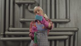 Nettoyage de femme au foyer avec la bouteille et l'éponge de jet clips vidéos