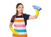 Nettoyage de femme au foyer par le chiffon avec les gants en plastique photos stock