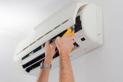 Nettoyage de filtre de climatisation pour la saison d'été Image libre de droits