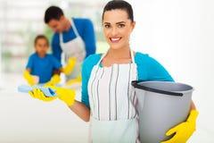 Nettoyage de jeune femme image libre de droits
