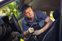 Nettoyage de l'intérieur de la voiture avec l'aspirateur images stock