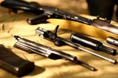 Nettoyage de l'URSS d'arme à feu d'AK-47 Image stock