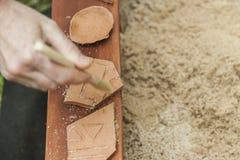 Nettoyage de la main de la femme avec une brosse, trois morceaux de poterie dans a Photos stock