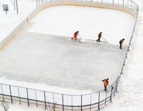Nettoyage de la patinoire de la neige dans la cour de la maison Photo libre de droits