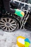 Nettoyage de la station de lavage de roue avec une éponge Photos stock
