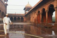 Nettoyage de matin de la cour chez Jama Masjid Mosque dans Delh Photo stock