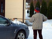Nettoyage de neige de véhicule photo libre de droits