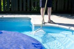 Nettoyage de piscine Photo stock