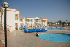 Nettoyage de piscine par le personnel d'hôtel Image stock