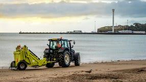 Nettoyage de plage images libres de droits