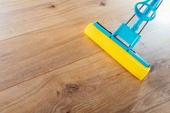 Nettoyage de plancher avec un balai image stock
