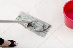 Nettoyage de plancher carrelé images libres de droits